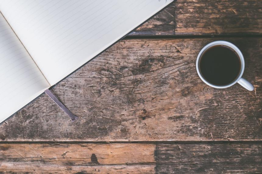 Tafel met koffie en notitieboek