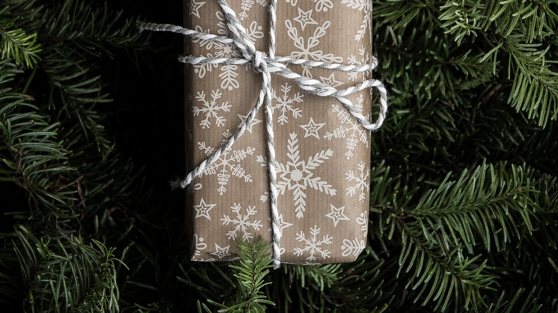 Een Minimalistisch Ingepakt Kerst Cadeau in de Kerstboom