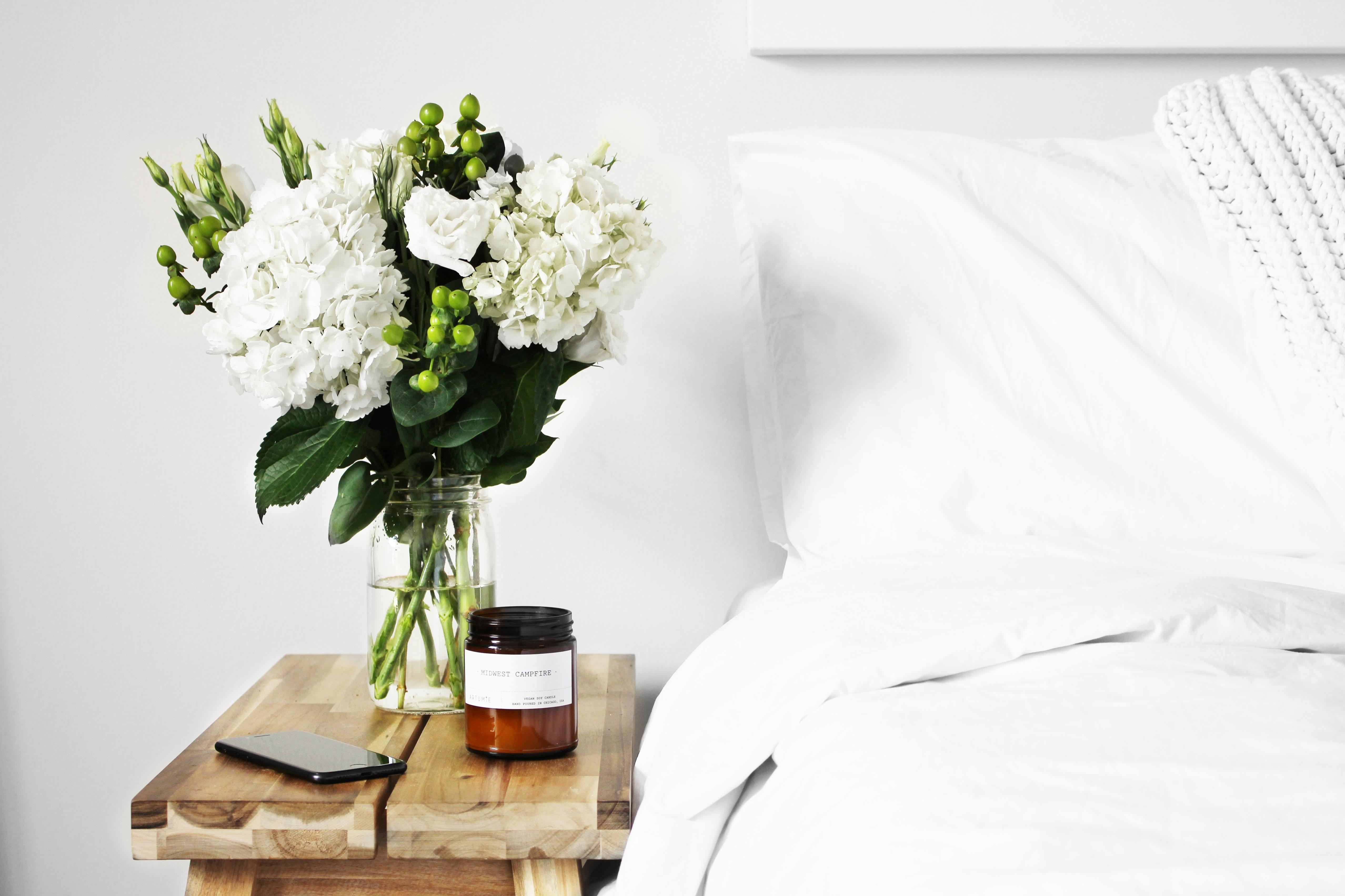 Dubbel bed met nachtkastje in minimalistische stijl u stockfoto