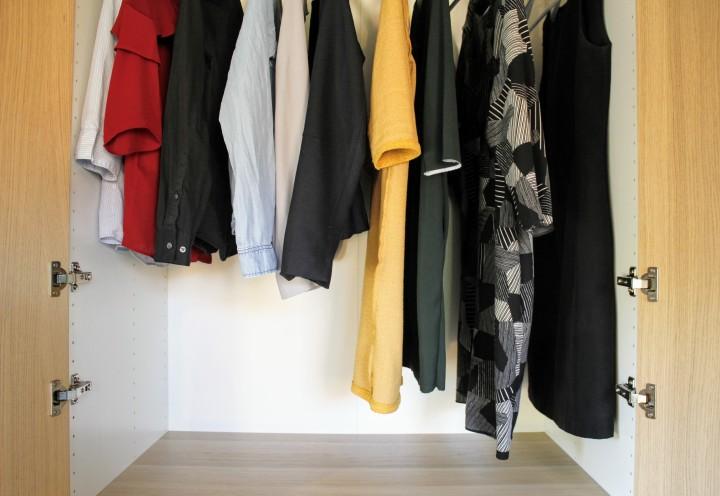 Hoe ik mijn kledingkast organiseer en netjeshoudt